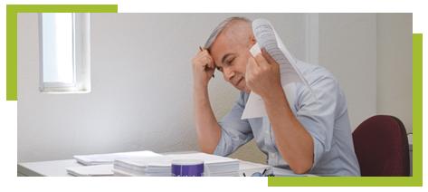 Mestro estresado calificando exámenes
